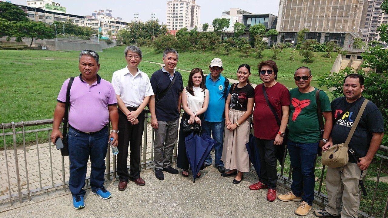參加全球港灣論壇的菲律賓第波羅市長德斯特(左三)等一行人提前抵高,至三民區寶業里...