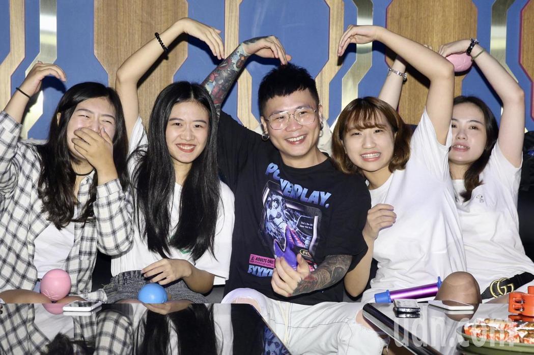 蕭秉治(中)自掏腰包招待歌迷唱KTV。記者林伯東/攝影