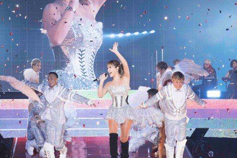 日本歌姬濱崎步10月2日即將邁入40歲,她這陣子積極宣傳新歌,並舉辦出道20周年紀念巡演,卻遭唱衰準備全面暫停演藝活動,仿效安室奈美惠在40歲時宣布引退,藉此刺激市場買氣。39歲的濱崎步曾是日本流行...