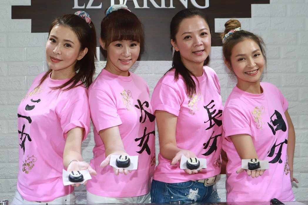 德馨(左起)、兵家綺、高欣欣、李珞晴展示親手做的造型月餅。圖/民視提供