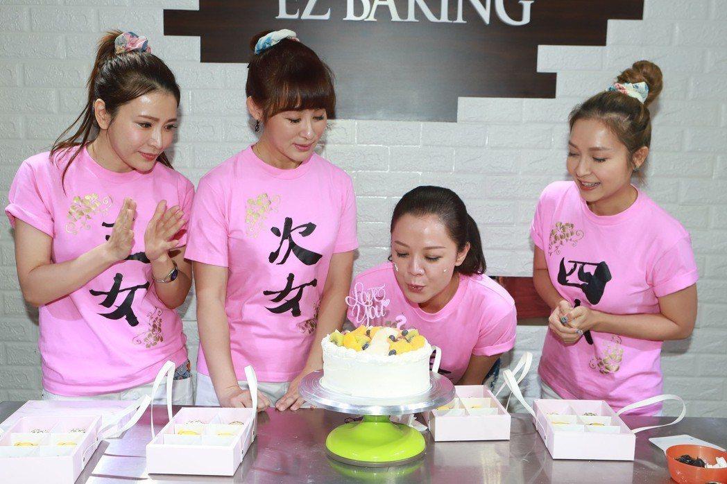 高欣欣(右二)感動姊妹們幫她慶生。圖/民視提供