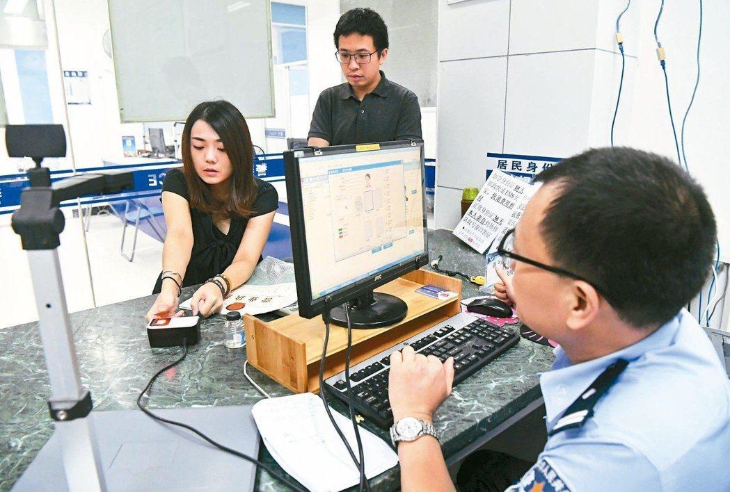 台灣人若申請中國大陸居住證,時代力量不惜提案要他們除籍,甚至褫奪他們的公權。 (...