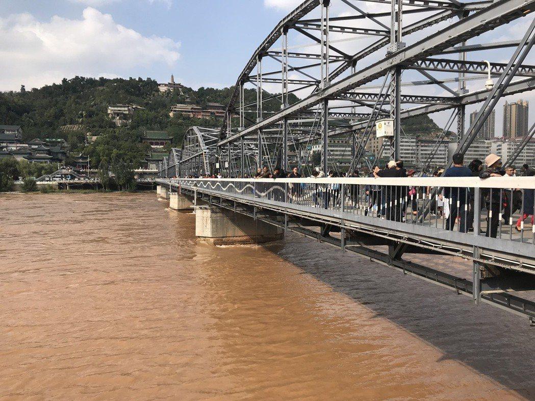 甘肅蘭州中山橋有「天下黃河第一橋」之稱,建造於1907年。橋身的全部鋼梁是從德國...