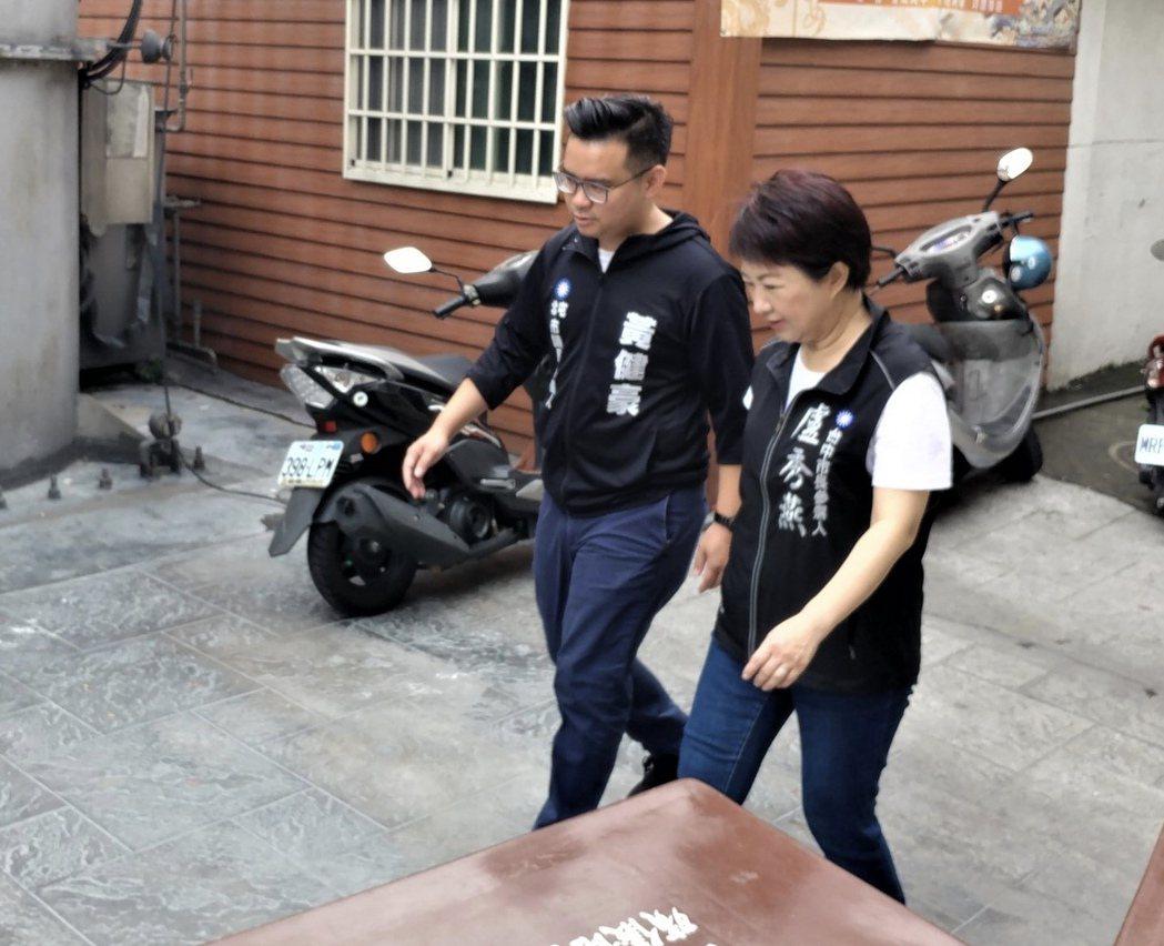 台中北屯區市議員參選人黃健豪(左)到喪家致意,會特別換上黑色外套;台中市長參選人...