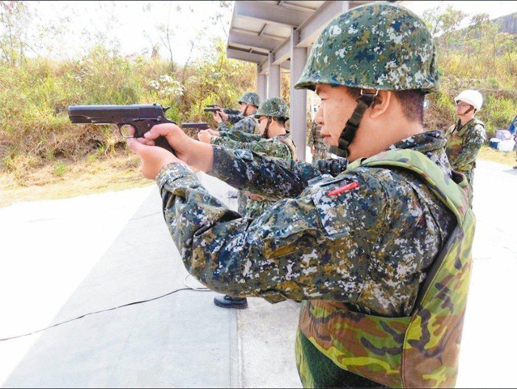 陸軍進行四五手槍射擊訓練。 圖/取自中華民國陸軍司令部臉書