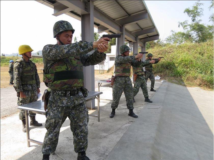 陸軍七五資電群日前於圓潭子靶場實施四五手槍射擊訓練。 圖/取自中華民國陸軍司令部...