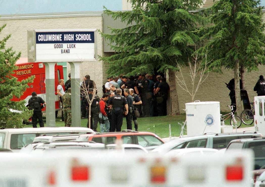 科倫拜校園槍擊事件發生當時,許多員警包圍在校園周圍,保護學生安全。圖/法新社