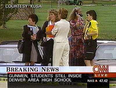 科倫拜校園槍擊發生當時的新聞畫面。圖/美聯社
