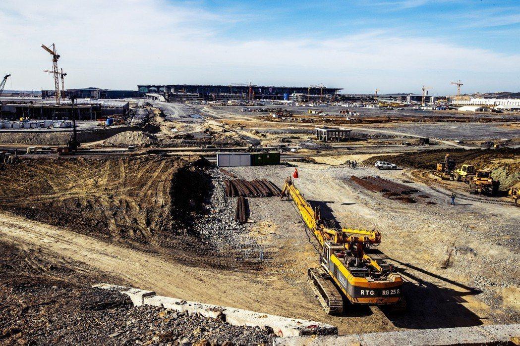 新機場建設面臨土地收購與財務問題。半官方色彩的土地及建設機構TOKI,以「緊急國...