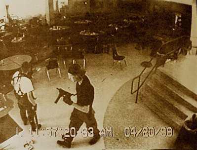 科倫拜校園槍擊發生當時,校園內的監視器拍到的畫面。圖/路透社