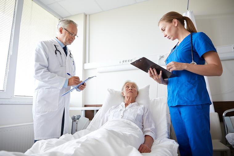 癌症治療時,患者、家屬與主治醫師之間不可欠缺良好的溝通。 圖/ingimage