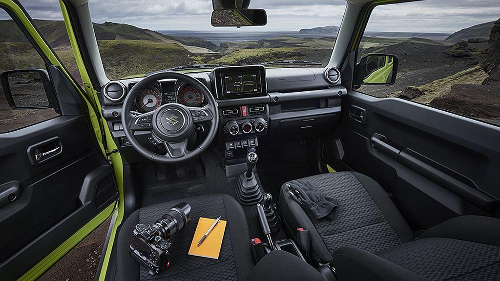 Suzuki Jimny Comfort +車型,加入導航系統、皮革包覆方向盤、加熱後視鏡、LED頭燈以及恆溫空調系統等實用配備。 圖/Suzuki提供