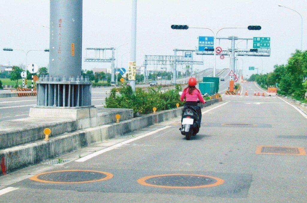 人孔蓋示意圖。圖為嘉義高鐵大道慢車道。 圖片來源/聯合報系資料照