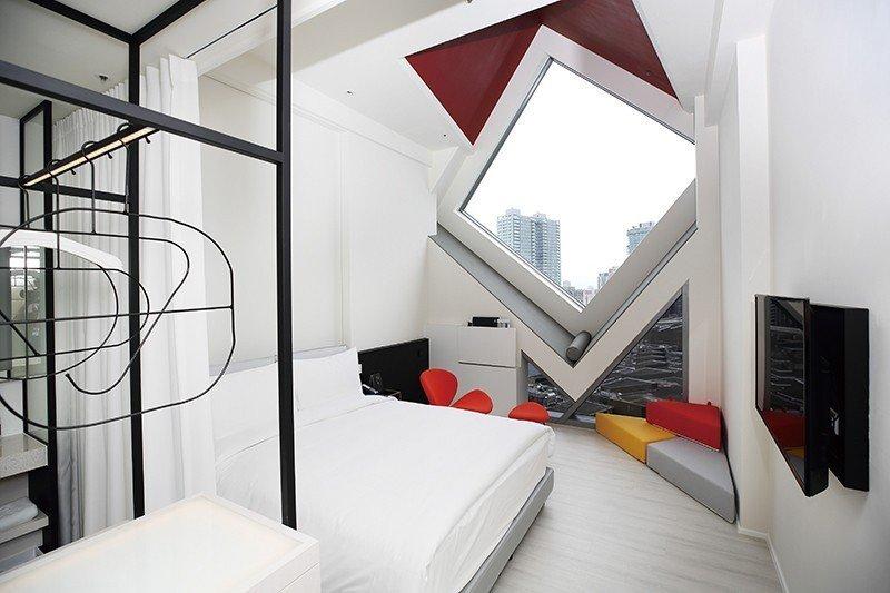 星空客房5999元起/最受歡迎的打卡房型,窗邊三角抱枕與窗型尺寸相符,可運用於窗...