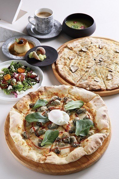 蚵仔煎披薩460元(前)/鮮蚵、半熟蛋、蒙佐力拉起司,打造中西融合的絕佳美味。招...