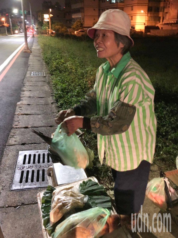 洪蹲坐在大馬路旁,路過民眾好奇停下和她買筍。記者曾健祐/攝影