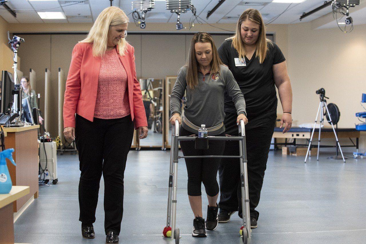 23歲患者凱莉‧托馬斯在車禍後下半身癱瘓,目前已接受電子植體治療,能在外力協助下...