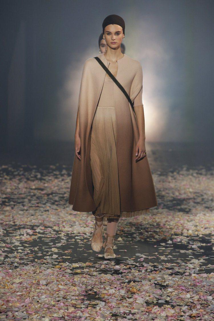 漸層色的長大衣是向傳奇舞蹈家勞伊富勒(Loïe Fuller)「The Serp...