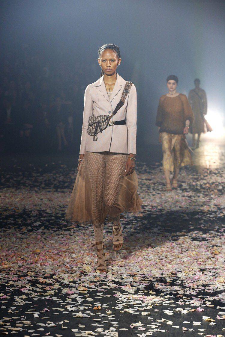 經典的Bar Jacket線條讓西裝外套與紗裙展現出剛與柔的混搭。圖/Dior提...