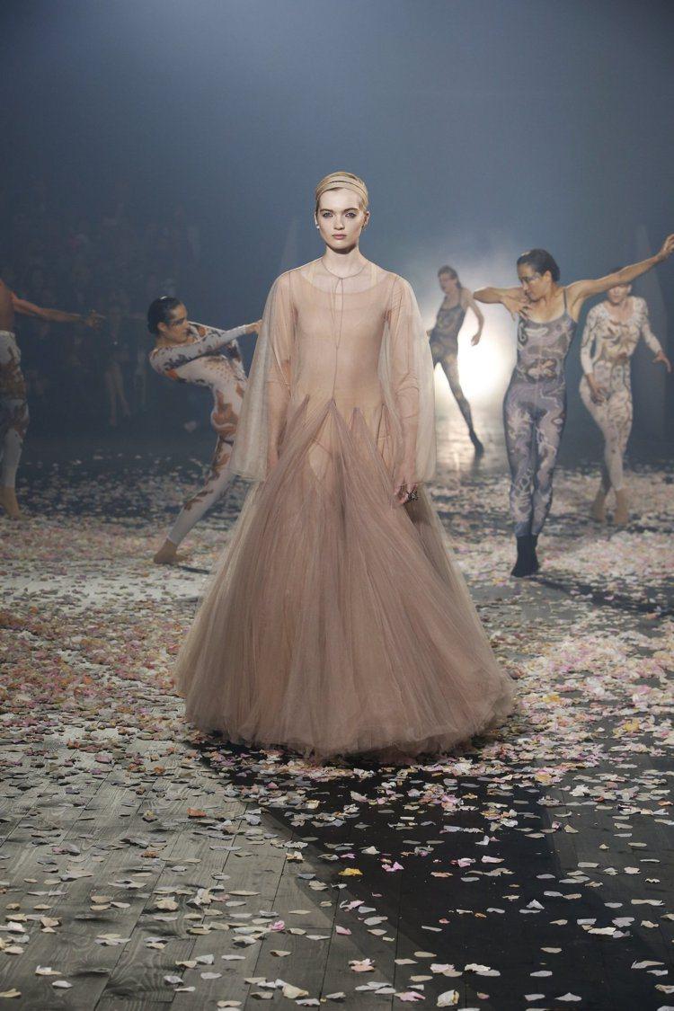 Dior以「舞蹈」作為核心主題,從服裝到秀場的舞者表演,都能看出女裝創意總監Ma...