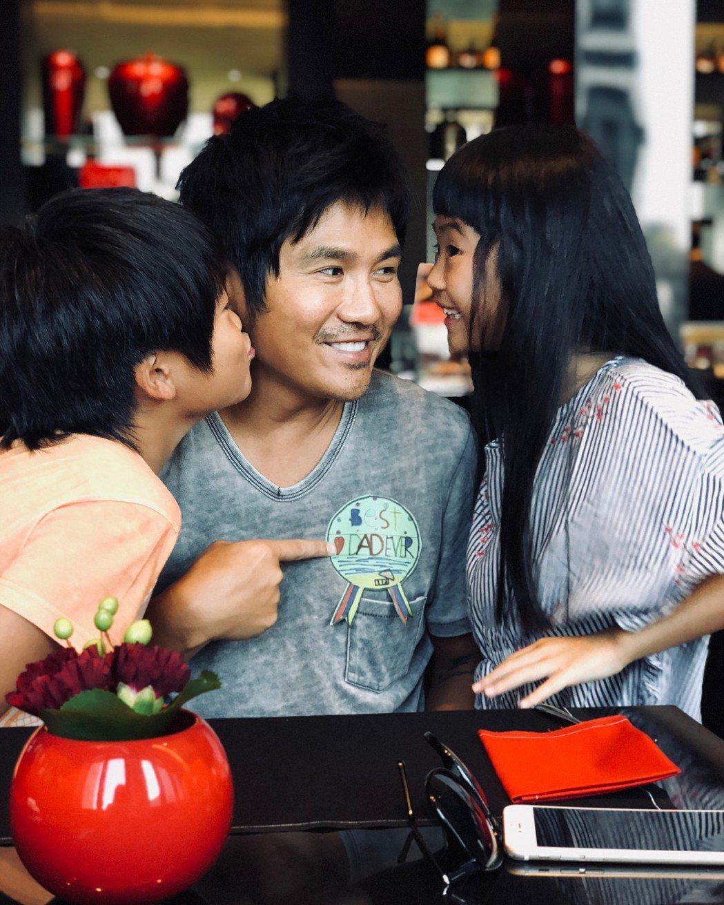 曹格(中)曾帶兒子Joe(左)、女兒Grace上親子綜藝秀。圖/摘自IG