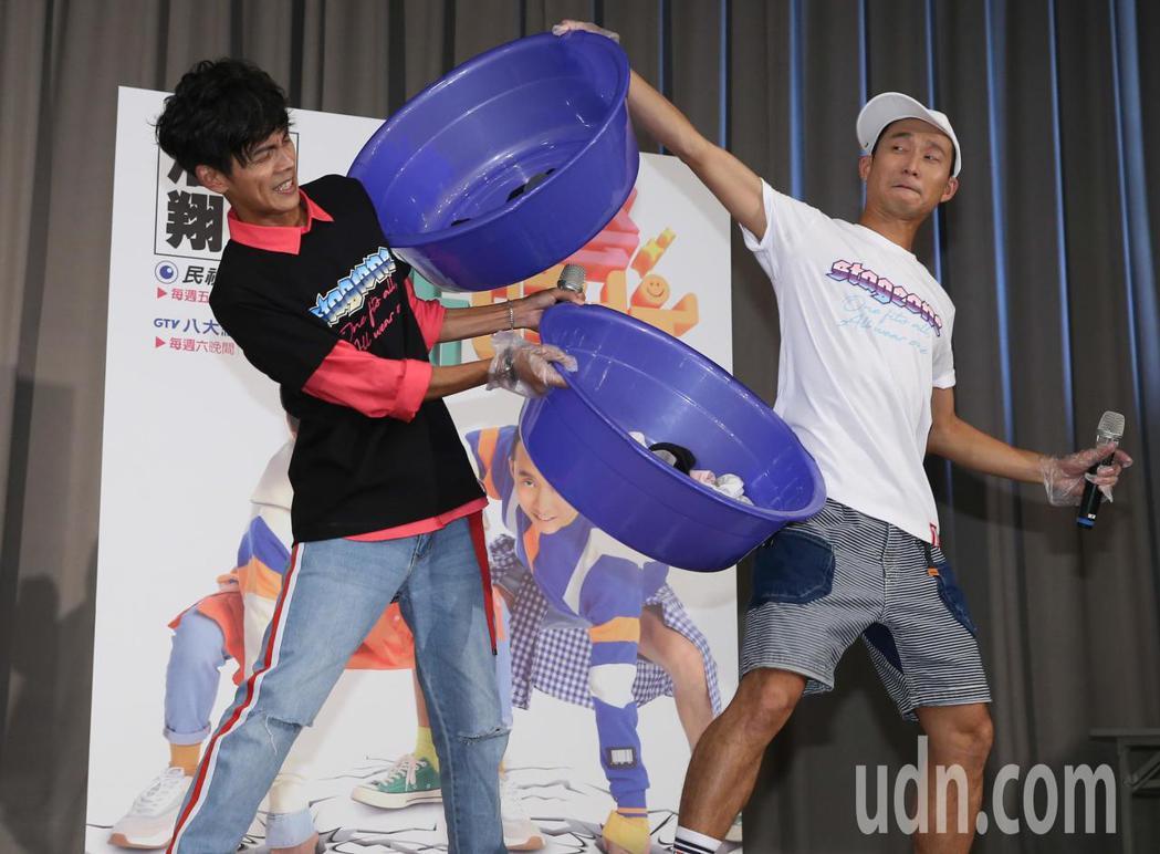 浩角翔起阿翔(左)、浩子(右)今天下午前進校園宣傳新節目「綜藝新時代」,與同學玩...