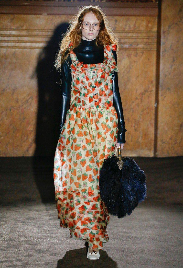 出現在洋裝和包款上的草莓圖騰則散發一絲甜美。圖/Gucci提供