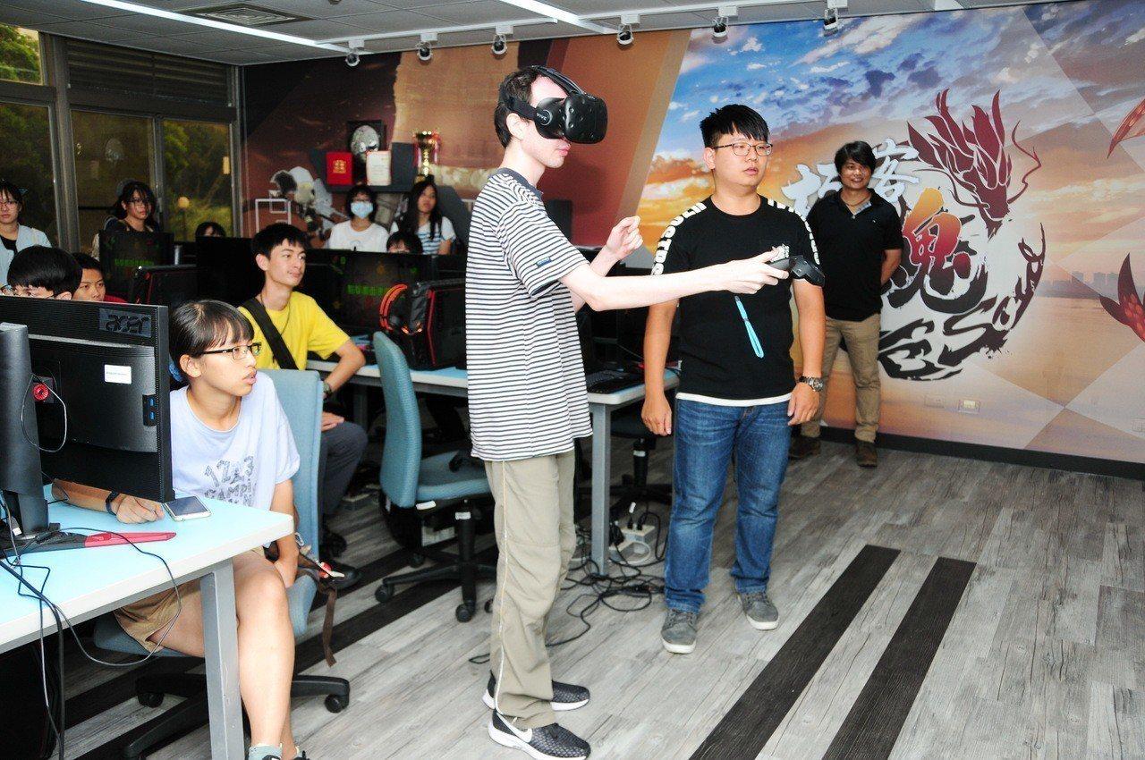 靜宜大學有「專業AR/VR遊戲開發教室」,與會學生體驗由資傳系學生自製的VR遊戲...
