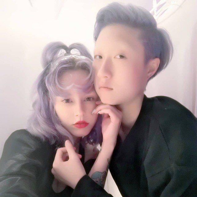 「小龍女」吳卓林(右)秀出與女友Andi(左)合照。圖/摘自IG