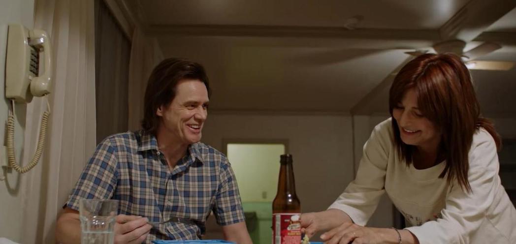 金凱瑞在「酸黃瓜先生的人生笑話」展現洗鍊演技。圖/摘自imdb(  ※ 提醒您:...