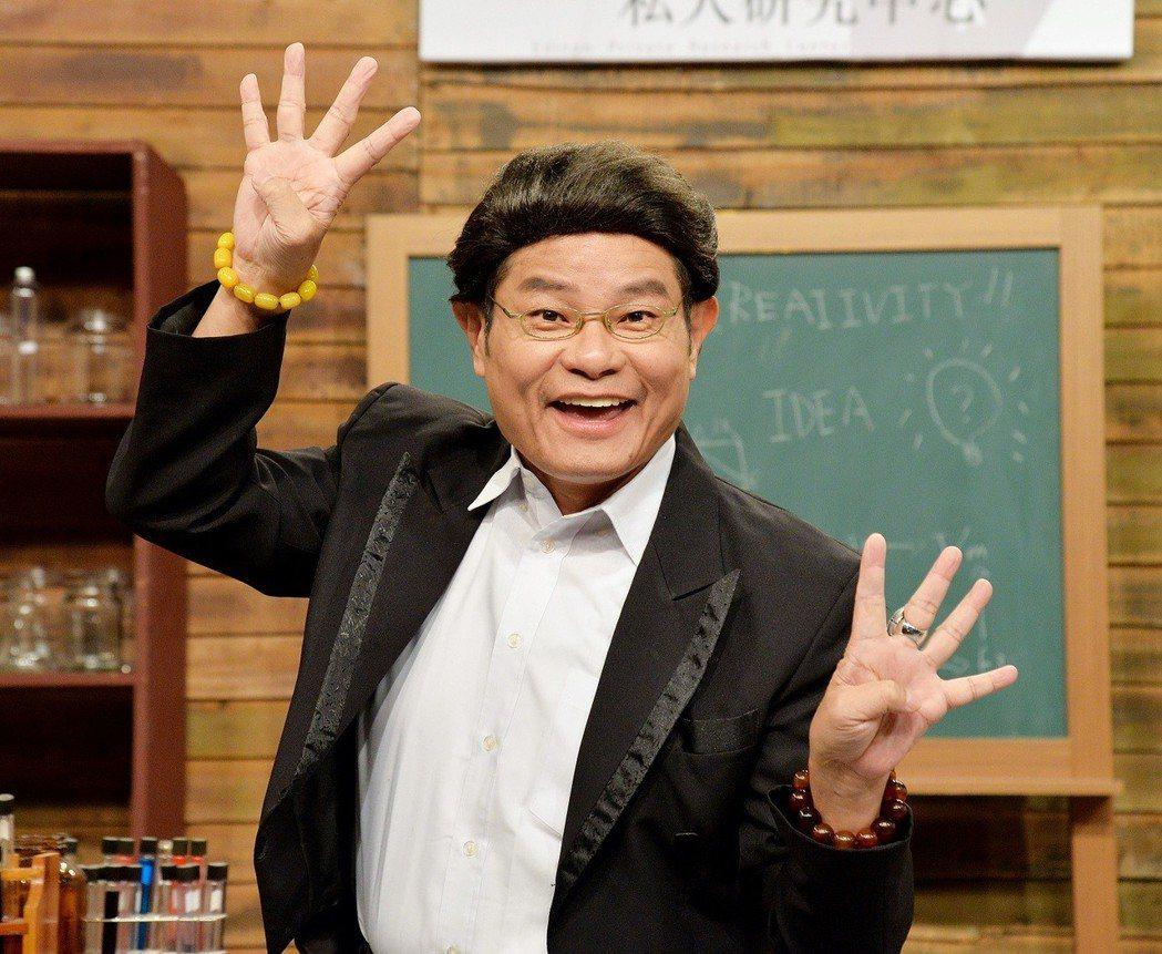 衛視中文台「瘋神無雙」8周年慶,許效舜開心慶祝。圖/衛視提供