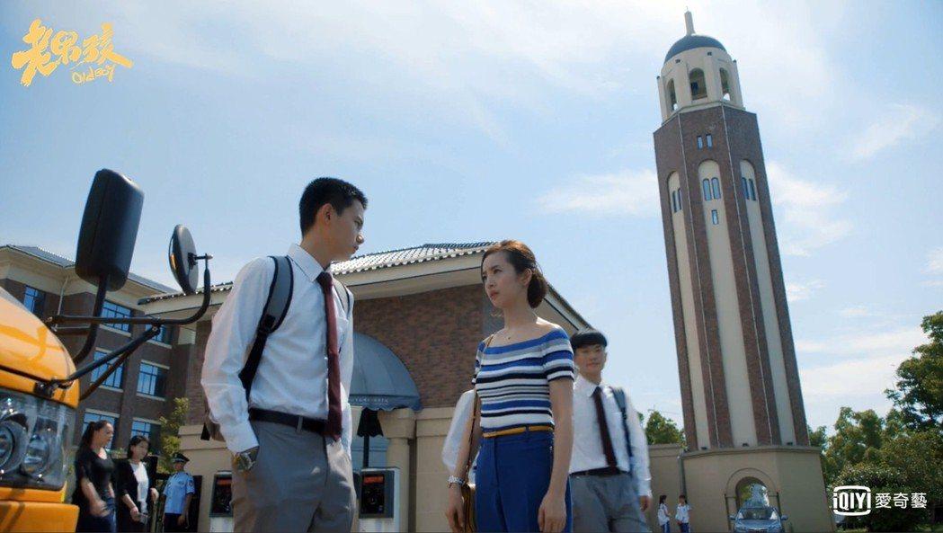 胡先煦(左)在「老男孩」中飾演林依晨學生。圖/愛奇藝台灣站提供