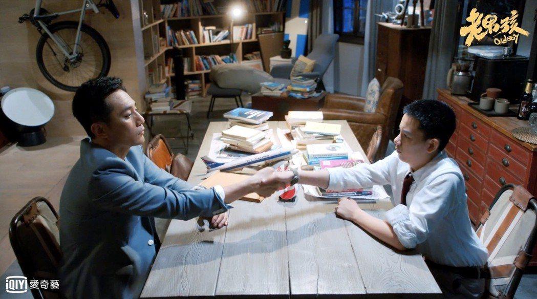 胡先煦(右)在「老男孩」中飾演劉燁兒子。圖/愛奇藝台灣站提供