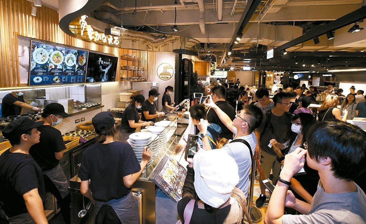 有東京拉麵之王稱號的麵屋一燈,特別為三館開創「夢想一燈」全球首店,一開門就大排長...