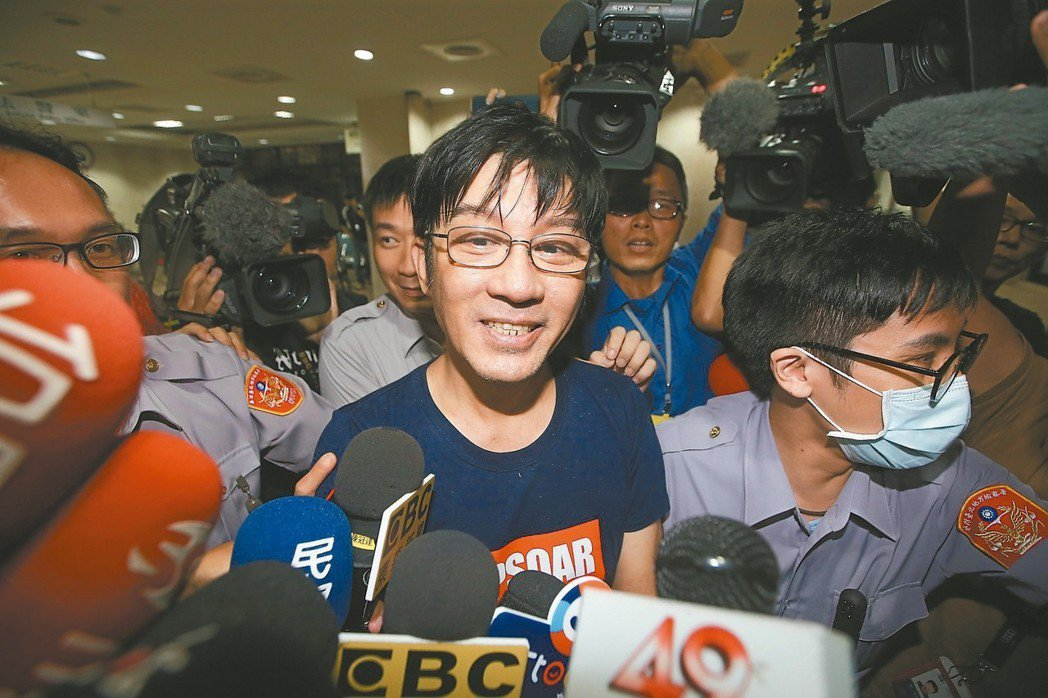 歌手江明學因持有安非他命被移送台北地檢署。 記者余承翰/攝影
