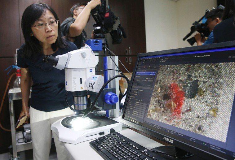 環保署在大部份檢體中均驗出微型塑膠,用顯微鏡可清楚看到纖維狀的微型塑膠。記者邱德...