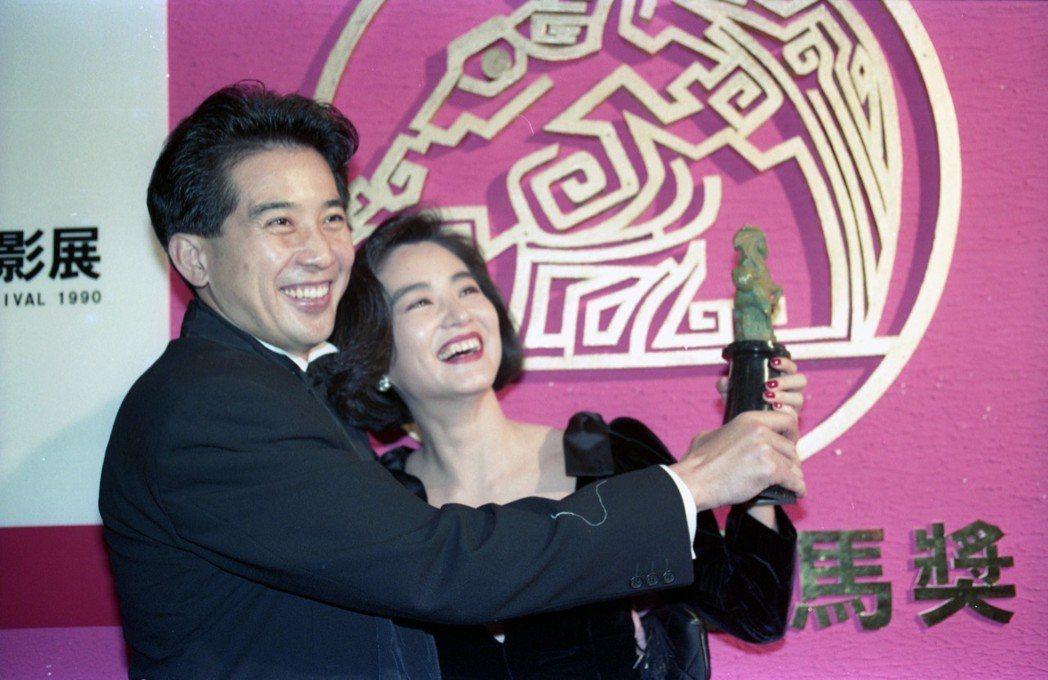 林青霞1990年獲得金馬獎最佳女主角(右)與秦漢(左)開心合影。