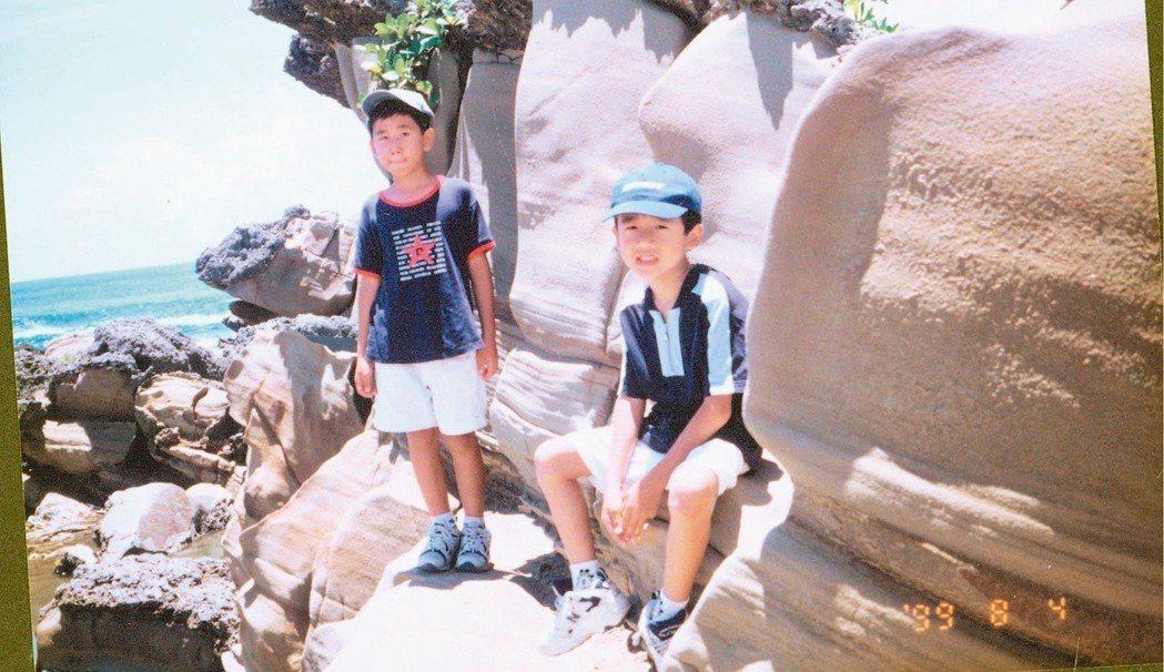八歲的陳柏言與弟弟。