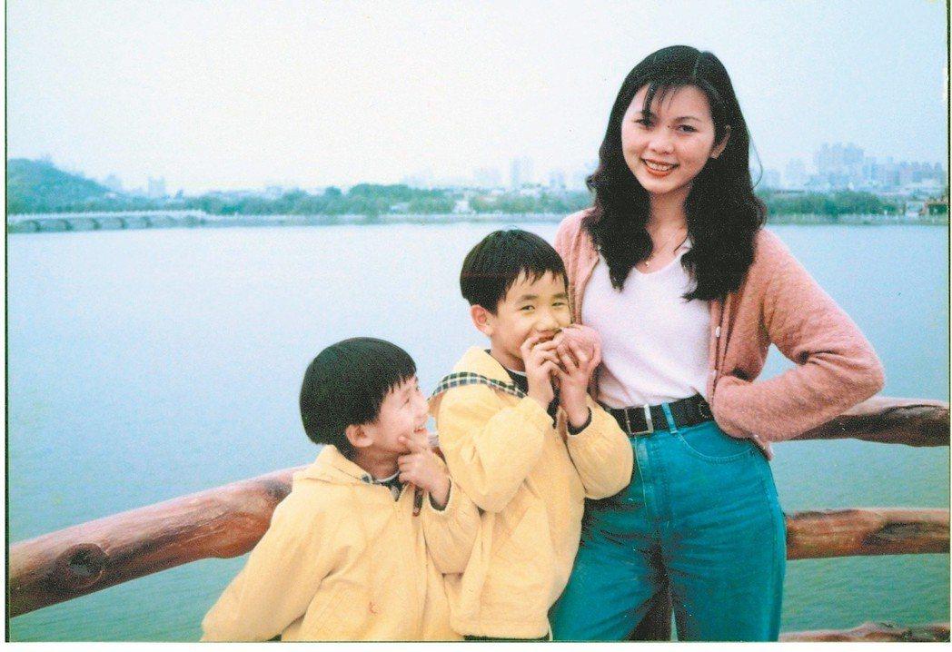 六歲的陳柏言和媽媽、弟弟在高雄蓮池潭。