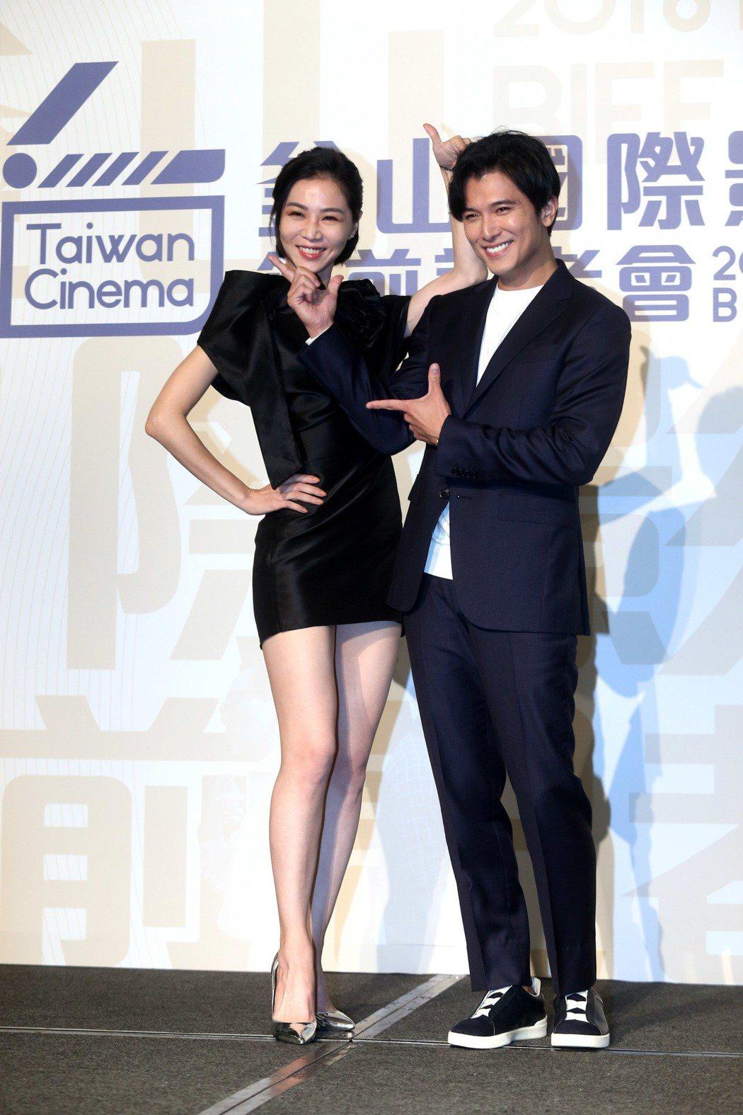 韓國釜山影展行前記者會,獲選觀摩的電影「誰先愛上他的」演員邱澤(右)、謝盈萱(左