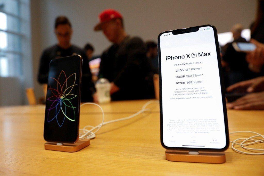 iPhone XS Max(右)與iPhone XS(左)。 路透