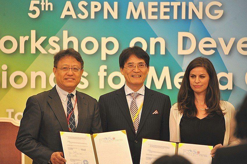 交大IAPS主任黃經堯(左起)、教育部體育署署長高俊雄、HYPE運動創新基金會公...
