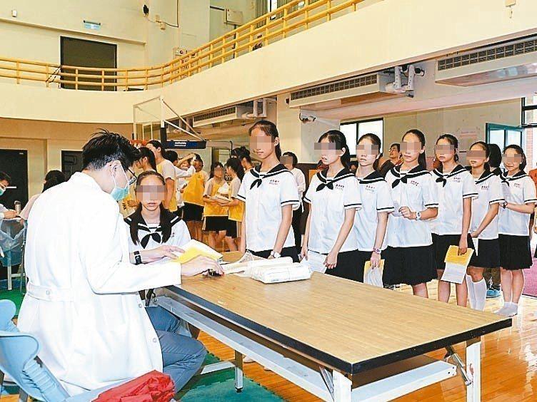國健署預定今年底開始施打子宮頸癌疫苗,對象為國一女生。 記者李樹人/攝影