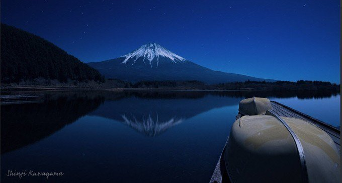 圖為富士山觀測到今年第一道瑞雪。 擷自Twitter