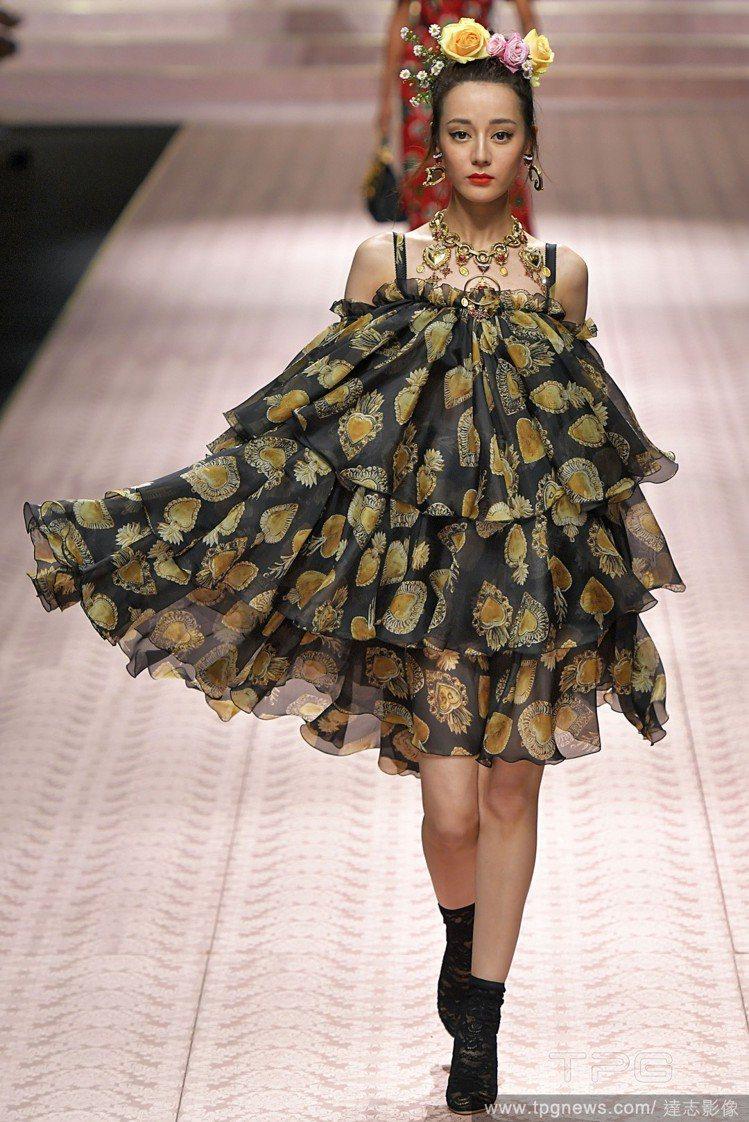 迪麗熱巴再度登上Dolce & Gabbana的伸展台。圖/達志影像