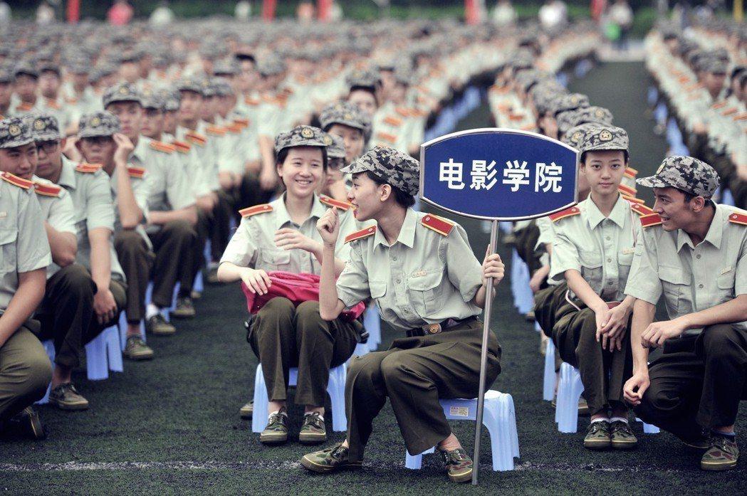 圖為重慶大學的開學典禮暨軍訓動員大會。6,500名新生穿著軍裝,觀看學校宣傳片後...