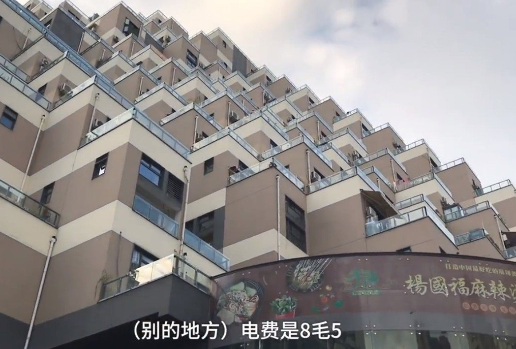金字塔建築樓上是住戶 樓下則是店家 圖片來源/ pearvideo