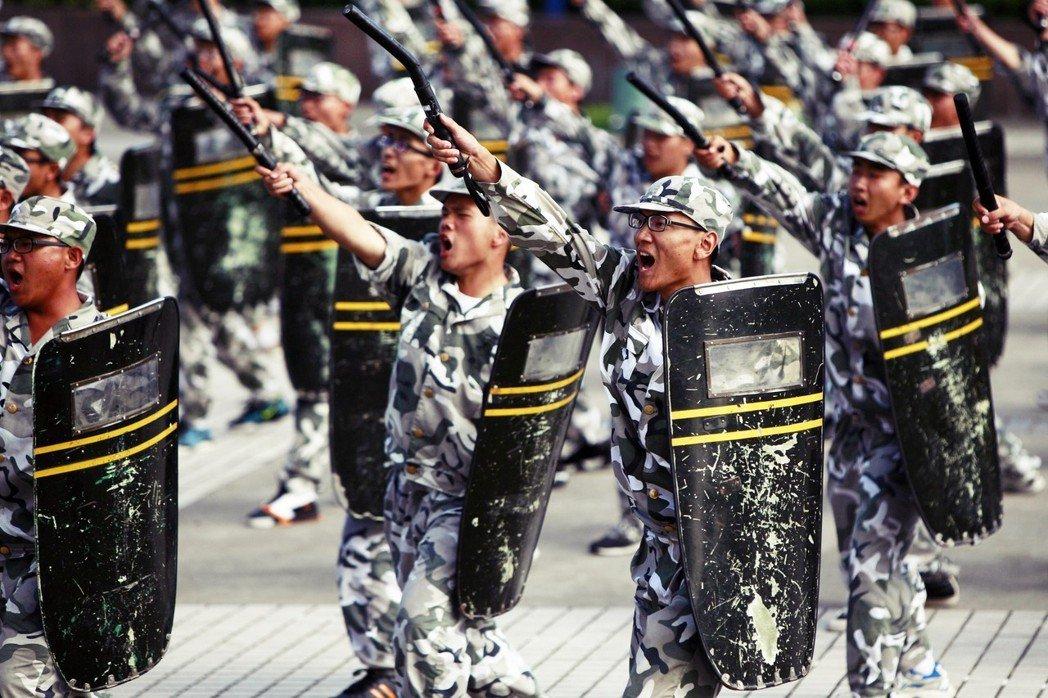 軍訓的最後一天,往往會安排「成果發表會」,由各連隊受訓的大一新生進行分列式檢閱。...