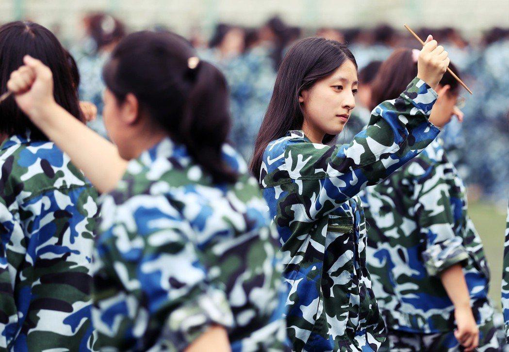為了避免上面的情況發生,近幾年各大學都會在軍訓教官的紀律守則裡明確「不准與軍訓女...