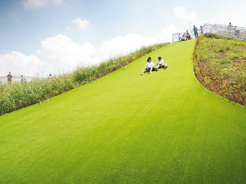 中和員山公園配合山丘地形設計的滑草道,小朋友更是玩得不亦樂乎。記者陳珮琦/攝影